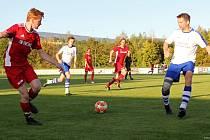Lídr ze Skřivan (červené dresy) byl tvrdým oříškem i pro rezervu Vrchlabí. V sezoně ještě vedoucí tým soutěže neztratil.