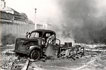 MÍSTEM ODPORU proti blížícím se vojskům se stala hlavně Polská ulice. Tam Trutnované postavili barikádu a část ulice pokryli sovětskými vlajkami. Hned první den okupace tu byl smrtelně zraněn vojenským vozidlem 19letý vojín sovětské armády Viktorovič.