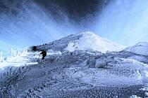 Horští záchranáři každý rok absolvují v Krkonoších cvičení na vyhledávání osob v lavinách, kterého se účastní i se psy.