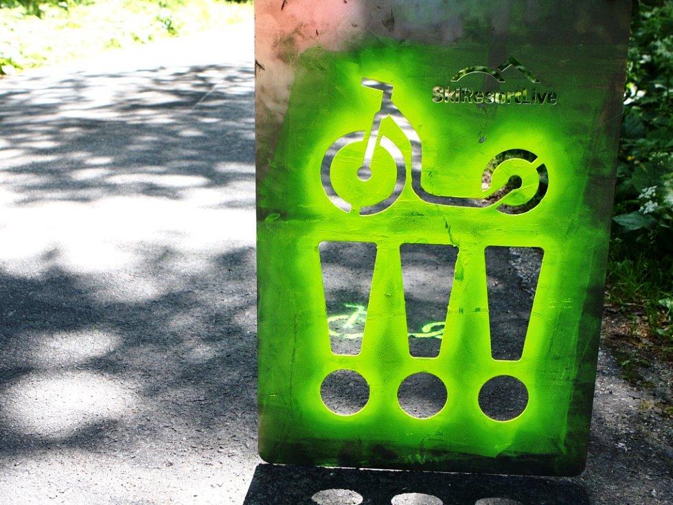 ZNAČKY PRO KOLOBĚŽKY. Na Černé hoře startují dvě značené trasy pro vyznavače jízdy na koloběžkách. Na tu asfaltovou nastříkali pracovníci SkiResortu navigační symboly.