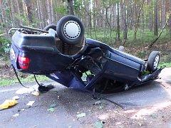 Za Zdobínem skončil řidič s autem na střeše