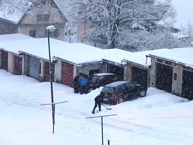 Celý den v úterý chumelilo také v Žacléři a díky teplotě kolem nuly sněhová pokrývka narůstala. Desítky lidí tak s lopatami vyrazily ke garážím odházet nánosy a umožnit výjezd.