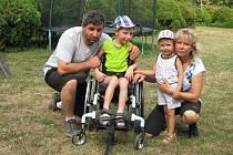 Dnes už devítiletý Daniel ze Dvora Králové nad Labem s maminkou Renátou, otcem Danielem a bratrem Jiřím.