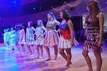 Šaty z recyklovaného materiálu už prezentovaly studentky zdravotnické školy v Trutnově v lednu na plese stacionáře.