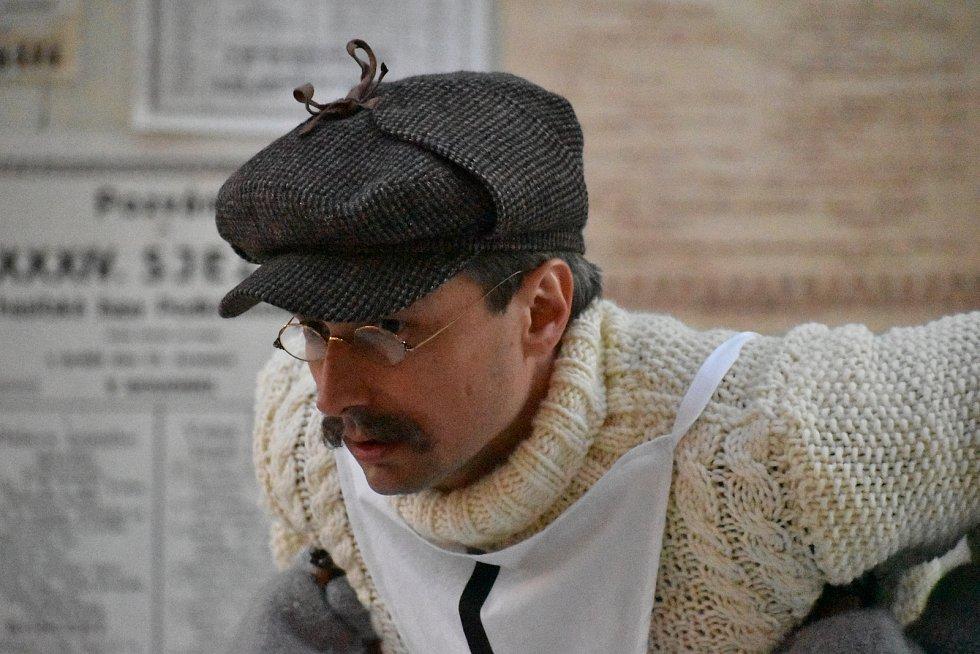 Herec Jaroslav Plesl při natáčení filmu Poslední závod, který vypráví příběh lyžařů Hanče, Vrbaty a Ratha, na náměstí v Hostinném v neděli 28. února.