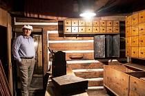 JEDEN z typických krkonošských mlýnů je  jedinečnou ukázkou lidové roubené architektury ze druhé poloviny 18. století. Majitel Jiří Krch (na snímku ) mlýn postupně opravuje a příležitostně ho otevírá turistům.
