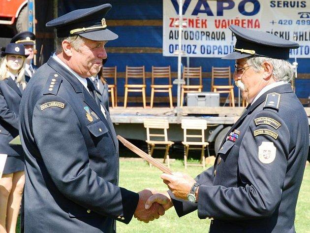 VELITEL SDH Libňatov Zdeněk Vít přebral čestné uznání, které mu za dlouholetou činnost udělilo ústředí hasičského sdružení.