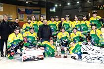 ZÁKLADNÍ ČÁST SEZONY ukončili hokejisté Dvora Králové nad Labem nejvyšším vítězstvím sezony. Na ledě Hronova vyhráli 11:2 a po utkání přebrali poháry pro vítěze dlouhodobé části.