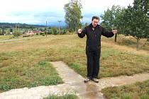 ZÁKLADY A OBSLUŽNÉ KOMUNIKACE jsou v Borovnici už hotové, chybí jediné. Samotná replika historického větrného mlýna, jehož stavba má vyjít na zhruba 4,5 milionu korun. Borovnický starosta Josef Bušák ukazuje, kam přijde umístit tzv. tatík.