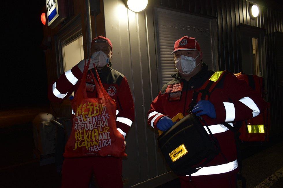Členové humanitární jednotky Červeného kříže Semily přivezli na stanoviště ve Vrchlabí potraviny a pití. Policisté tam však nebyli.