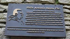 Odhalení pamětní desky archeologovi Antonínu Hejnovi na hradě Vízmburk