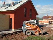 V nové obytné zóně u Staňkovic začal vyrůstat první dům