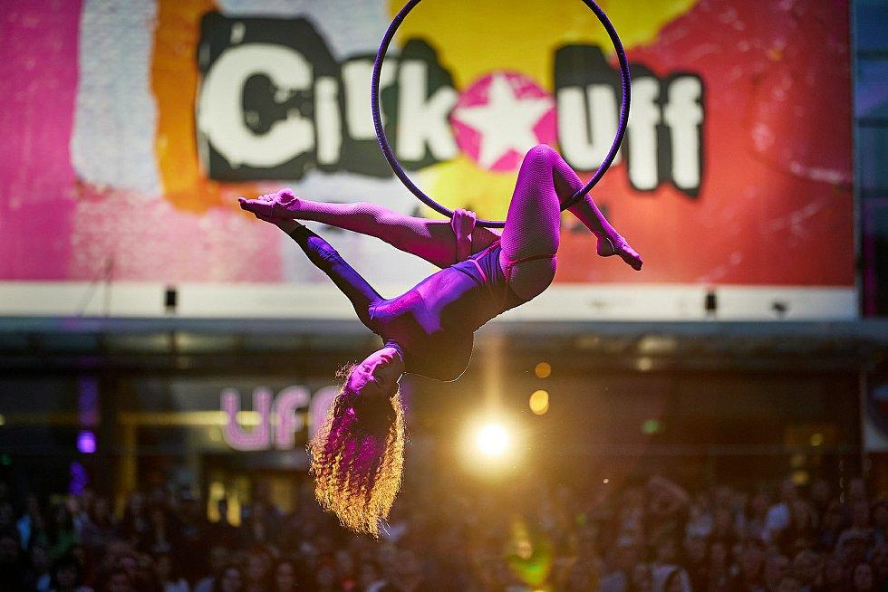 Thula Moon Martin, akrobatka z Havaje, při svém druhém vystoupení na festivalu Cirk-UFF v Trutnově.