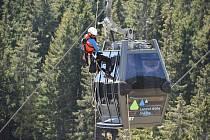 Členové Horské služby Krkonoše nacvičovali v úterý odpoledne zásah na lanovce na Sněžku.