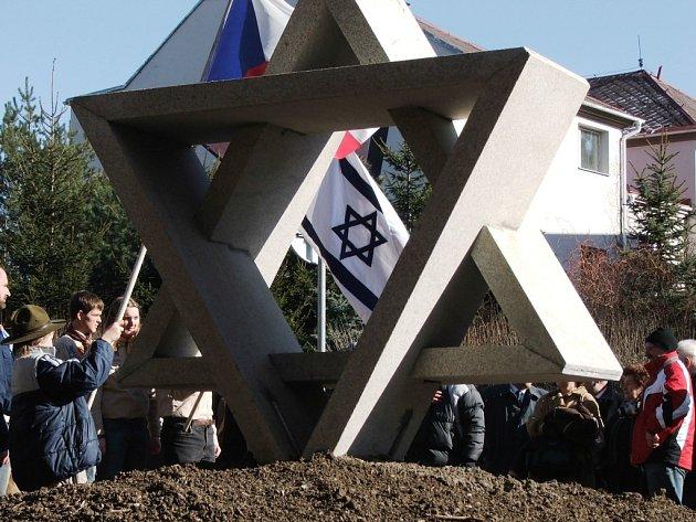 Připomínkou židovské komunity i zbořené synagogy se stal pomník Oty Černého. Má tvar Davidovy hvězdy a stojí  naproti finančnímu úřadu.