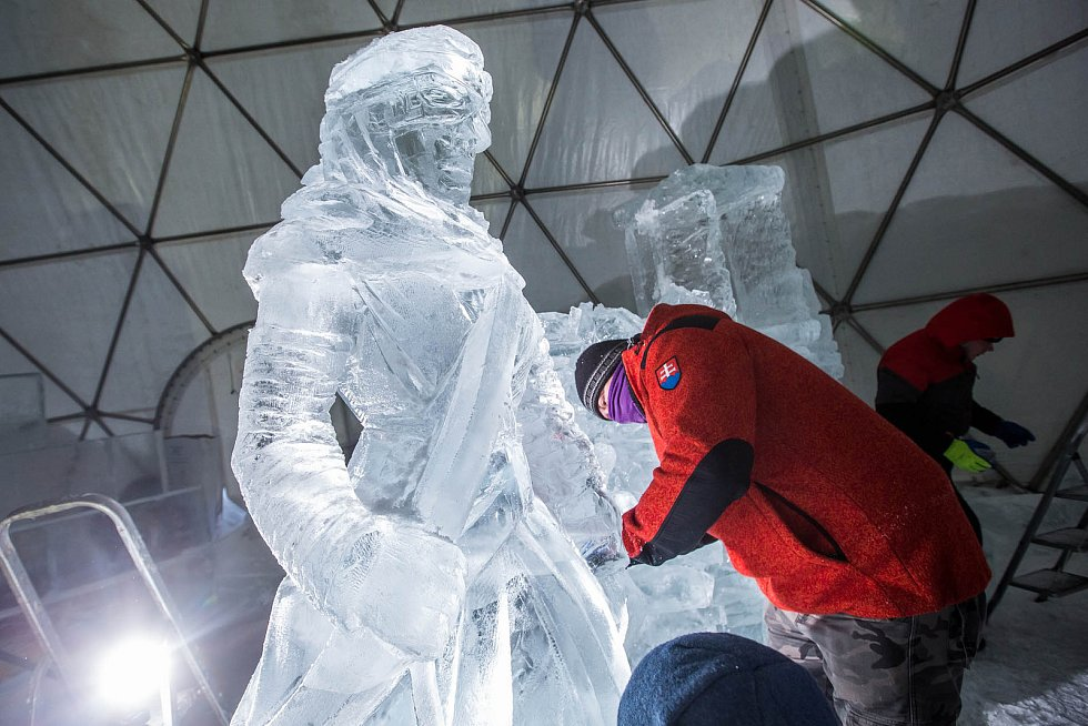V LEDOVÝ KOSMICKÝ CHRÁM mění sochaři prostor na špindlerovské Pláni.  Ledárium se otevře 23. prosince.