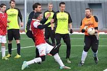 Tomáš Hofman (HB) chytá střelu vlevo René Šimka (A), který vstřelil jediný gól hostů těsně před poločasem.