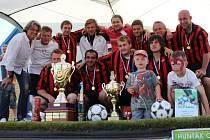 VÍTĚZNÝ TÝM Hunťák cupu 2013 tvořili ve Vítězné Břetislav Hradecký, Emil Mačo, Zdeněk Maňuch, Lukáš Vít, Petr Zákravský, Vit Görner, Michal Pelc a Radovan Novotný.