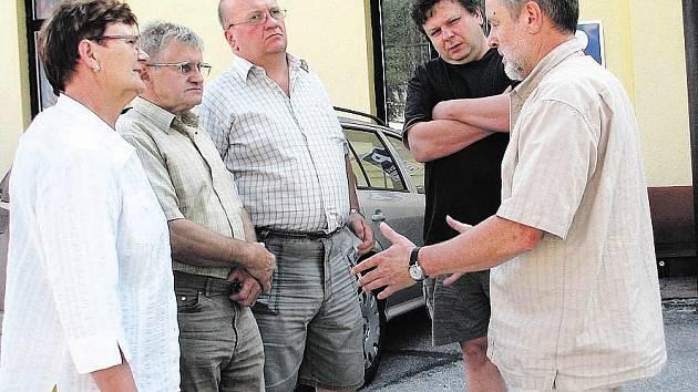 MĚSTYS ČERNÝ DŮL představil členům hodnotitelské komise starosta Zdeněk Kraus (zcela vpravo)