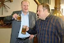 PATRONEM TISÍCÍ VÁRKY v Královédvorském pivovaru Tambor se stal ředitel východočeských regionálních Deníků Tomáš Doubrava (vlevo). S majitelem Nasikem Kiriakovským ochutnávají mladinu.