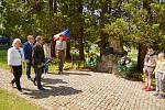 Projev, pokládání věnců a pocty válečným obětem u pomníků na městském hřbitově v Trutnově.