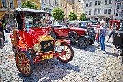 Nablýskaná auta i motocykly si v Trutnově se zájmem prohlíželi nejen příznivci motorismu.