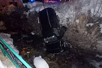 Automobil skončil po havárii v korytu řeky.