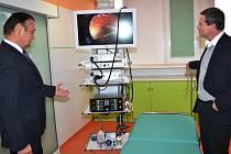 MODERNÍ PŘÍSTROJOVÉ vybavení si v Horské nemocnici ve Vrchlabí prohlédl spolu s jejím ředitelem Vladimírem Drymlem také bývalý ministr zdravotnictví  David Rath.