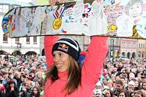 V roce 2014, po olympiádě v Soči, vítalo Evu Samkovou plné vrchlabské náměstí.