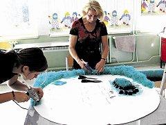 ZNAK ÚPICE z odpadových materiálů vytvářeli v neděli žáci a učitelé v úpické Základní škole Lány