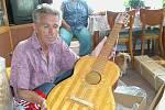 Tomáš Korda z Vrchlabí dokázal vyrobit ze sirek neuvěřitelné věci - například kytaru.