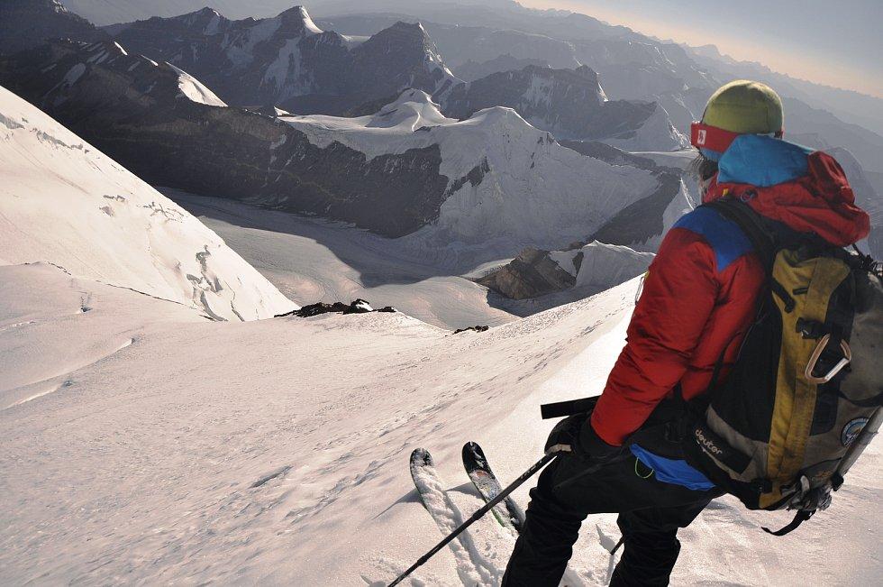 Zdeněk Jirouš během světového prvosjezdu z vrcholu pamírské hory štít Karla Marxe, který leží v nadmořské výšce 6723 metrů.