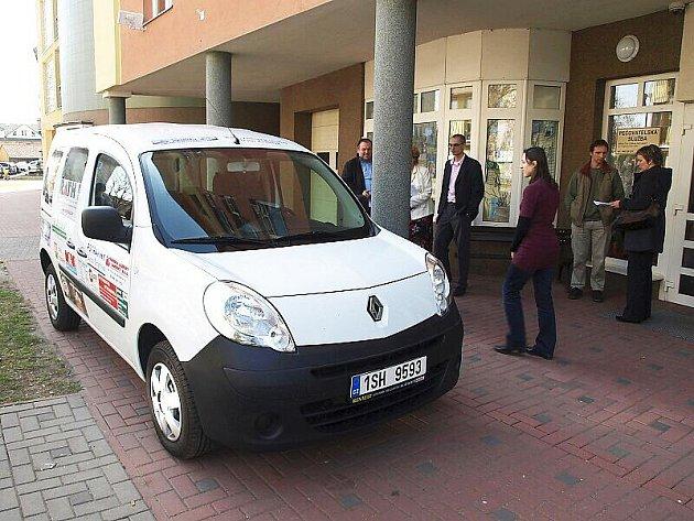 Předání nového auta Pečovatelské službě ve Dvoře Králové