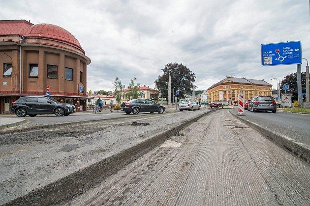 Oprava silnice ukruhového objezdu ukina vTrutnově.