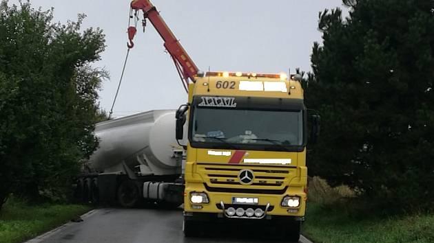 Cisterna zablokovala silnici mezi Kocbeří a Dvorem Králové.