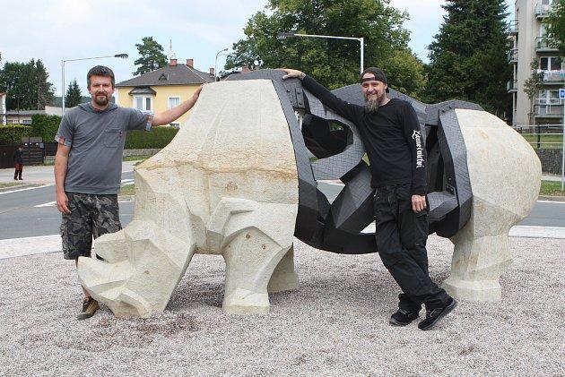Socha nosorožce Súdána vkruhové křižovatce ve Dvoře Králové nad Labem.