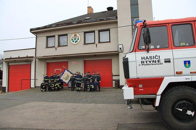Sbor dobrovolných hasičů Rtyně vPodkrkonoší před místní hasičskou zbrojnicí.