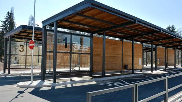 Nové autobusové nádraží v Hostinném se dočká uvedení do provozu až po umístění dodatečných bezpečnostních prvků.