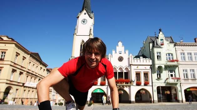 TROCHU SE ROZCVIČIT a vzhůru do další etapy. Z trutnovského Krakonošova náměstí včera europoslanec Edvard Kožušník běžel do Jilemnice.