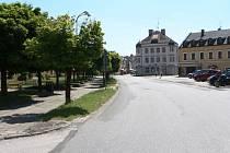 Zásadním zásahem do podoby náměstí Míru ve Vrchlabí bude přeložení silnice, dojde rovněž k přesunutí morového sloupu od kostela a parkovacích míst.