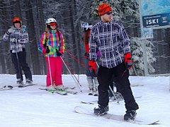 SNĚHU je sice poskrovnu, ale pár centimetrů v Krkonoších během uplynulých hodin pro potěšení lyžařů napadlo.