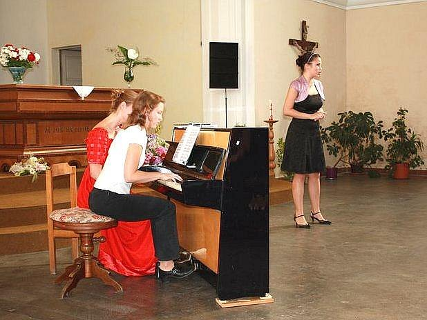 ABSOLVENTKY MEZINÁRODNÍ operní dílny v Karpaczi přijely potěšit posluchače do Podkrkonoší.