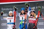 Zleva Viktoria Rebensburg, Petra Vlhová, Mikaela Shiffrin. Světový pohár ve Špindlerově Mlýně.
