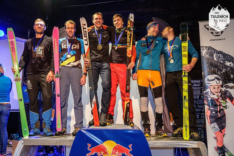 Stupně vítězů Noci tuleních pásů 2019 v Peci pod Sněžkou. Na první příčce duo Fejfar - Groh.