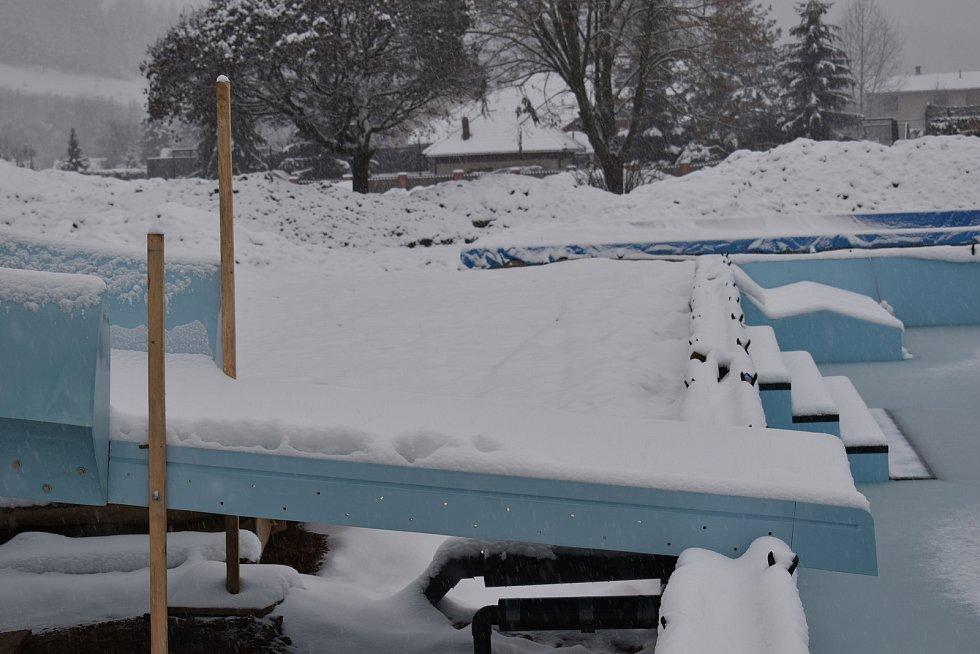 Stavba letního koupaliště v Hostinném pokračuje i v zimě.