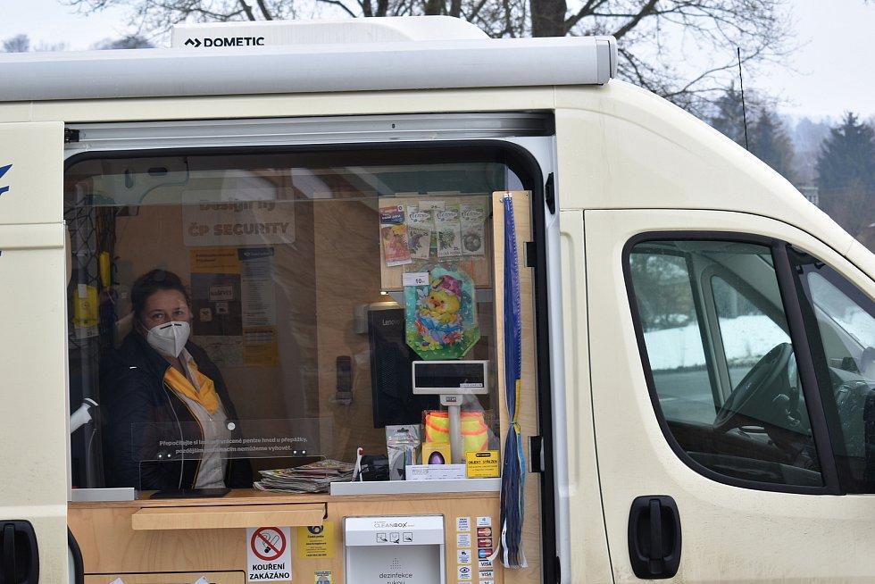 Do patnácti obcí na uzavřeném Trutnovsku začala jezdit tento týden Mobilní pošta. V pátek dorazila i do Horní Olešnice.
