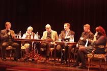 PANELOVÉ DISKUSE se v Městském divadle Turnov zúčastnili: zleva žurnalista Petr Honzejk, vědkyně Helena Illnerová, disident Jan Ruml, liberecký hejtman Martin Půta, žurnalista Adam Borzič, moderátorka Lenka Šumová.
