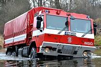 EVAKUAČNÍ TATRU, nové vozidlo ve svém parku, vyzkoušeli liberečtí hasiči v Dolánkách u Turnova. Protože se jedná především o pomocníka při povodních, nechybělo ani brodění.