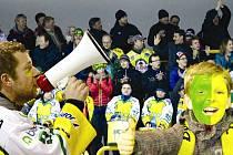 HOKEJOVÝ DVŮR KRÁLOVÉ. Město na Labi prožívá neuvěřitelnou žlutozelenou horečku. Jedním z vrcholů sezony bude středeční pátý finálový zápas proti oddílu z Náchoda, který rozhodne o držiteli titulu krajského přeborníka.