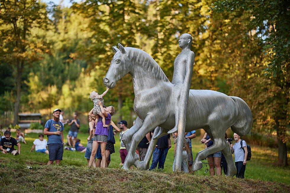 Sochu Ocelový jezdec Michala Gabriela měli možnost jako první vidět návštěvníci festivalu Artu Kus v Trutnově na Bojišti.